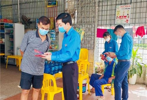 Guiding Thai Nguyen people to install and use COVID-19 prevention and control applications