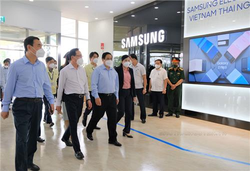 Prime Minister visits and works with Samsung Thai Nguyen